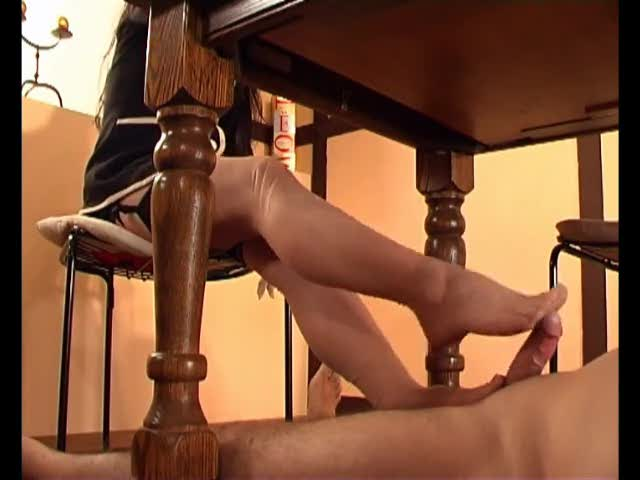 Порно Спалила Под Столом